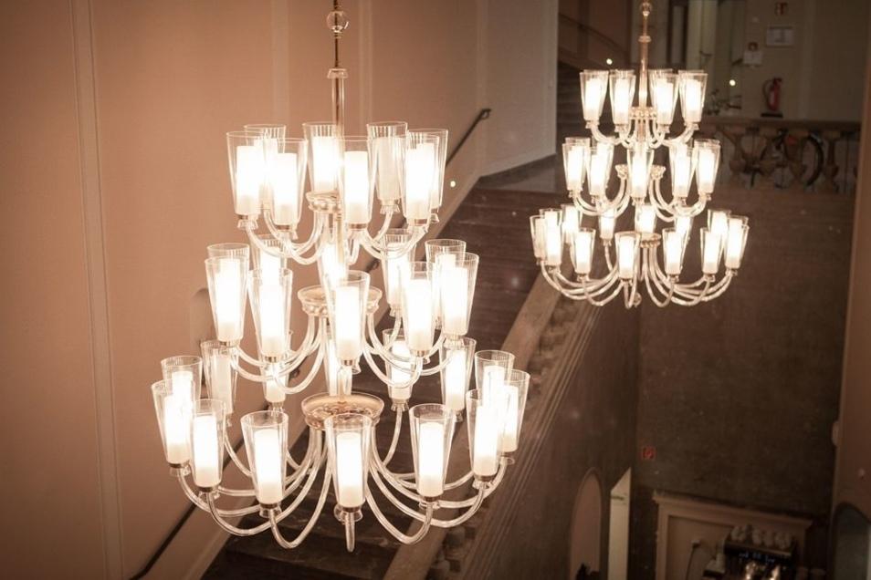 Wie einst prägen große Kronleuchter die Räume. So wie einst hat auch jetzt eine Firma aus Ebersbach in der Lausitz wieder für die Beleuchtung gesorgt.