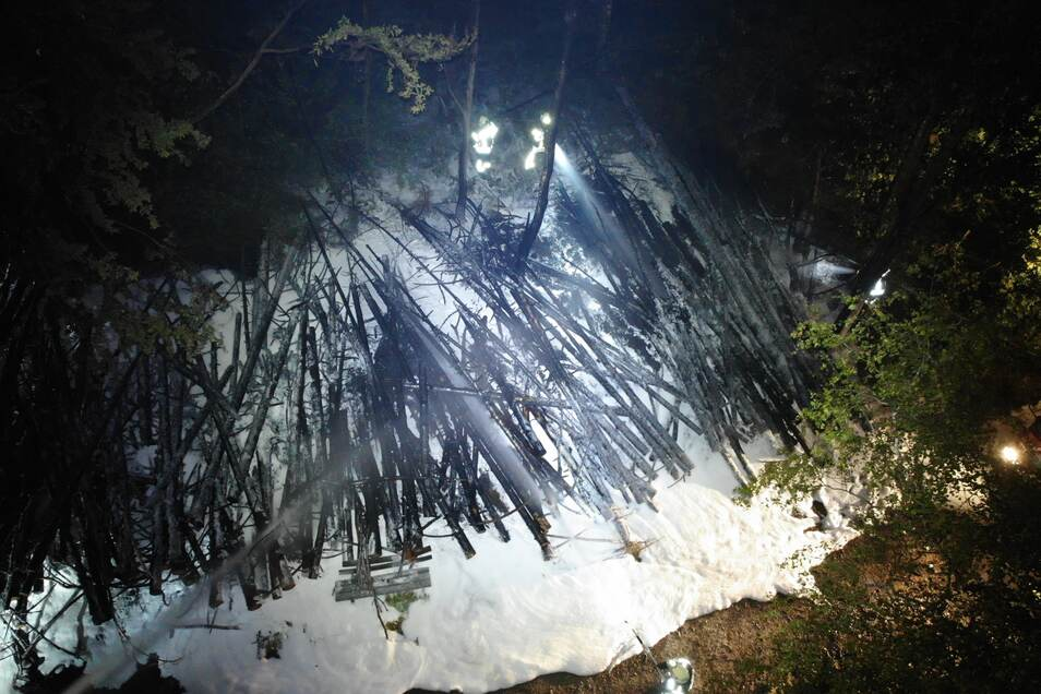 Aufnahmen von der Drohne: Der Löschschaum auf den abgebrannten Bäumen.