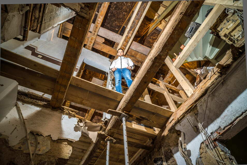 Marcel Rosenfeld in dem Haus, das er künftig einmal mit seiner Familie bewohnen möchte. Zuletzt wurden die Decken rückgebaut, um sie neu zu arbeiten. Der aktuelle Zustand erlaubt den Durchblick vom Erdgeschoss bis unters Dach.