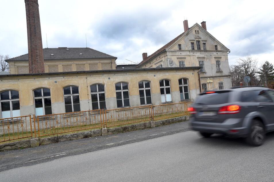 Die alte Webschule an der Waltersdorfer Straße ist eines der bedeutendsten und dominantesten Baudenkmale in Großschönau. Die Gemeinde plant, die Gebäude umfassend zu sanieren und neu zu nutzen.