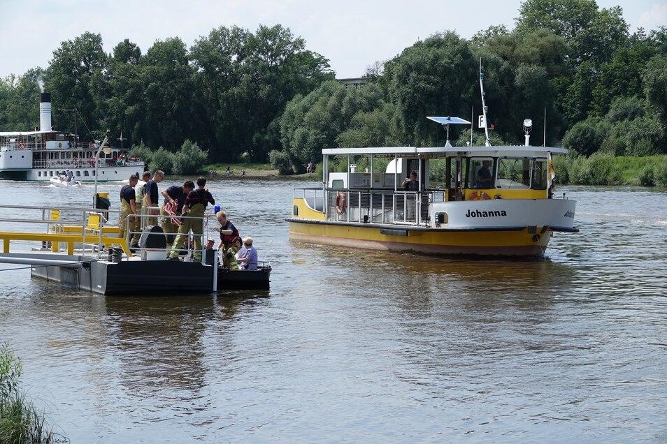 Die Fähre ankerte nach dem Motorschaden, die Feuerwehr holte die Passagiere ans Ufer.