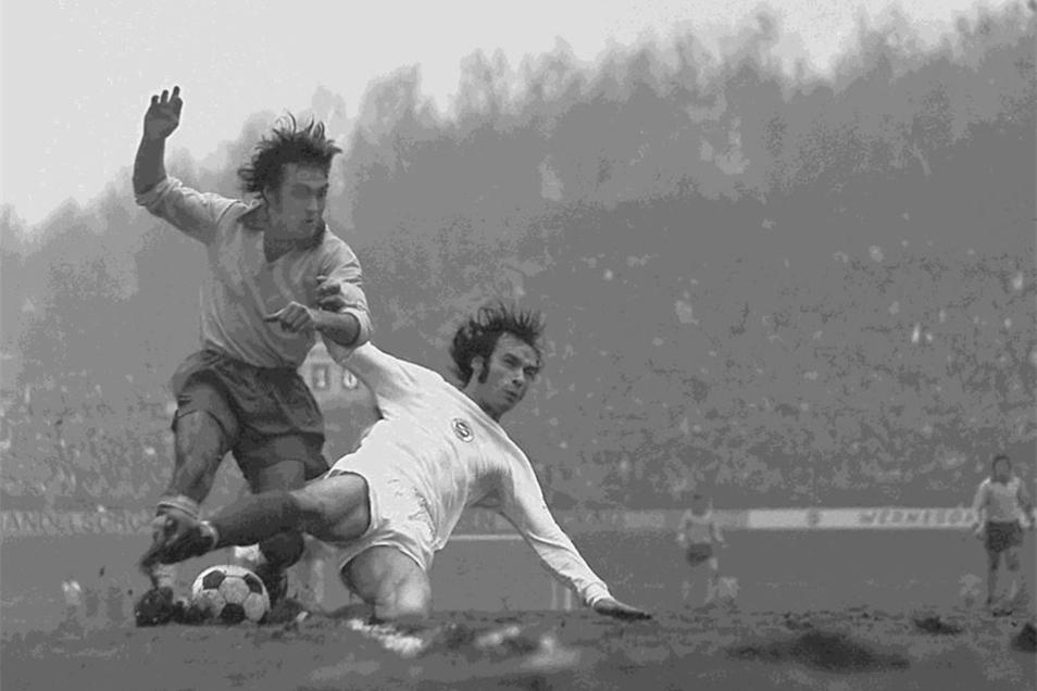 Schlammiger Platz, harte Kämpfer: Zwickaus Ludwig Blank (r.) grätscht Paul Wilson von Celtic Glasgow weg – vor allem erzielt er aber beide Tore gegen die Schotten. Die BSG zieht ins Halbfinale des Europacups ein.