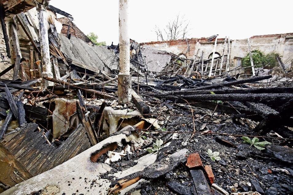 Eine Ruine mit eingestürztem Dach war das Waldschlößchen schon vor dem Brand vom Freitag. Nur weisen die Trümmerteile nun auch Brandspuren auf.