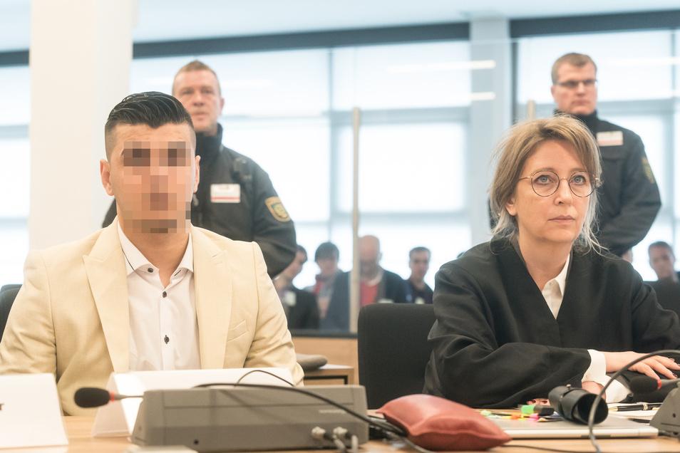 Der Angeklagte mit seiner Anwältin Ricarda Lang.