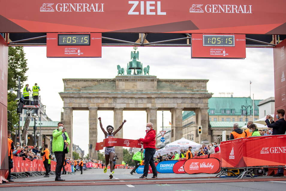 Ende August freute sich Joyciline Jepkosgei aus Kenia über ihren Sieg mit Streckenrekord beim Halbmarathon. Am Sonntag wird bei den Männern ebenfalls ein Rekordläufer starten.