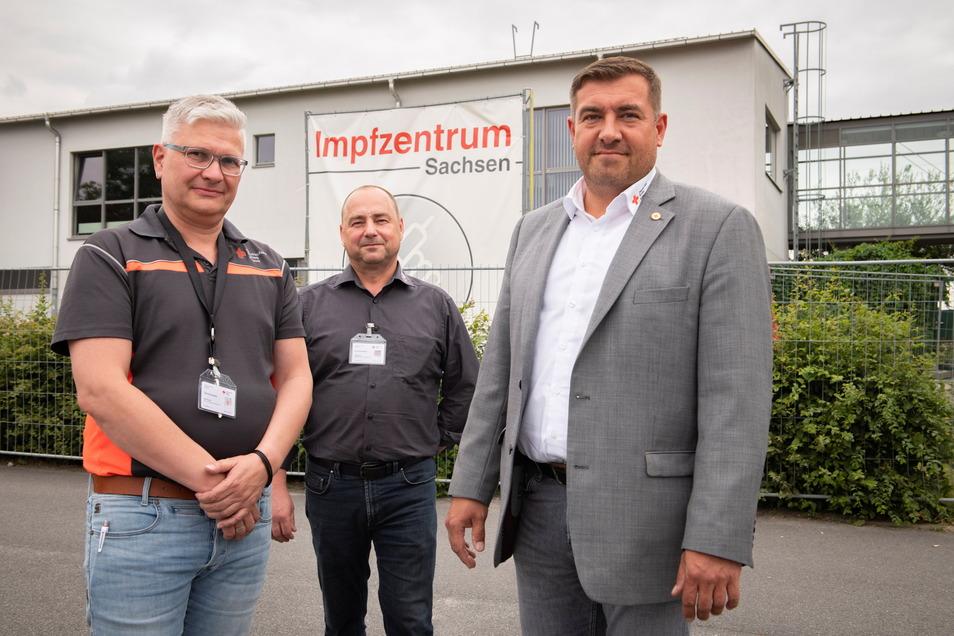 Peter Mark, Kreisgeschäftsführer des DRK Bautzen, Impfzentrum-Leiter Holger Beier und sein Stellvertreter Mike Berger (v.r.)