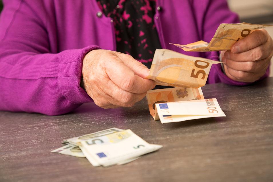 Rentner werden wohl ab Juli mehr Geld bekommen.