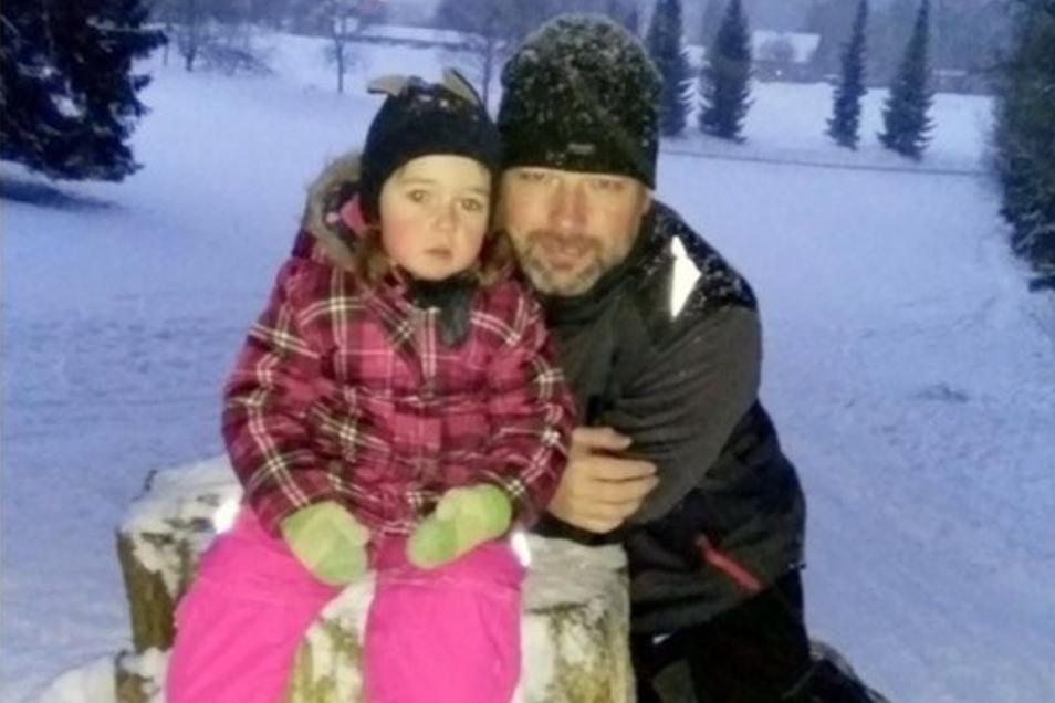 Robert Prade (mit seiner Tochter Ellen) hat es als Grenzpendler zwischen Tschechien und Deutschland gerade sehr schwer.