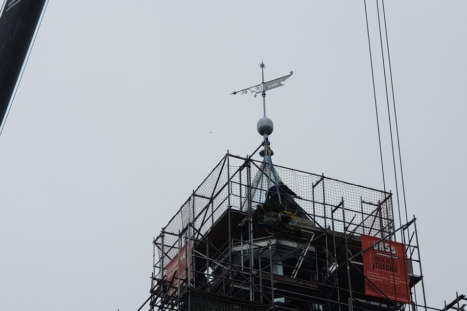 Seit 14.55 Uhr zieren am Mittwoch wieder Turmhaube samt Kugel und Wetterfahne das Hainewalder Schloss.