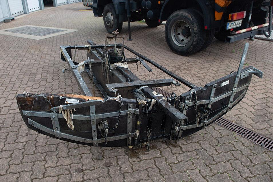 Das ist der Stauwagen mit seinem Schiebeschild. Diese Technik wird bereits seit Ende des 19.Jahrhunderts zur Kanalreinigung eingesetzt.