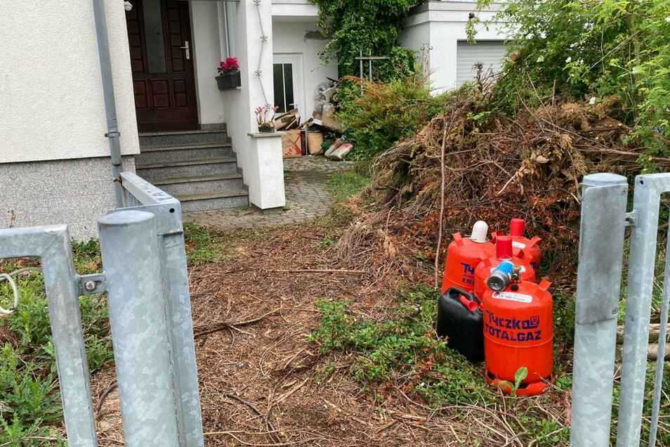 Die Feuerwehr bringt diese Propangasflaschen aus dem Haus.