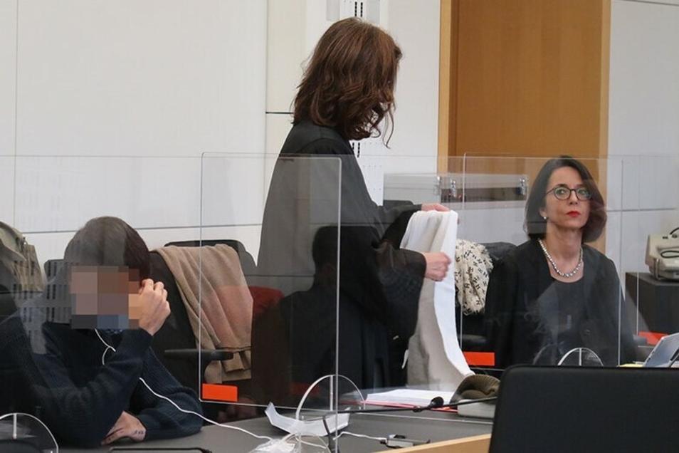Die Verteidigerinnen Elena Bogdanzaliew (m.) und Ines Kilian (r.) lassen kein gutes Haar an den Ermittlungen gegen ihren Mandanten Sajad A. (l.). Der Prozess begann am 23. Dezember 2020 vor dem Landgericht Dresden.