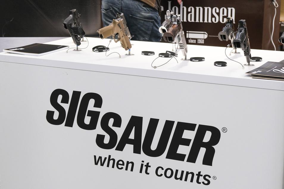 Nach dem Einfrieren der Geschäftskonten durch die Staatsanwaltschaft hat der Waffenhersteller Sig Sauer an seinem Standort Eckernförde den Betrieb vorläufig eingestellt.