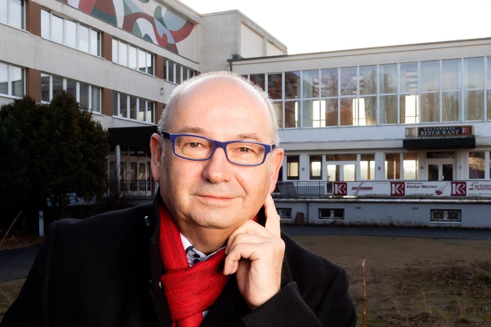 """Steffen Thiele, Vorsitzender des Wirtschaftsfördervereins Bischofswerda, steht vor dem Kulturhaus. """"Wir haben die Chance, etwas ganz Neues zu entwickeln"""", sagt er. Nicht Kultur soll die Verwaltung tragen, sondern die Verwaltung soll die Kultur tragen."""