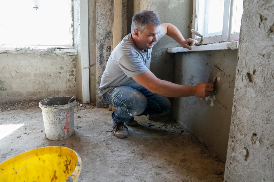 SchlossbesitzerHelmut Zaggl beim Verputzen der Wände in der künftigen Wohnstube im Erdgeschoss.