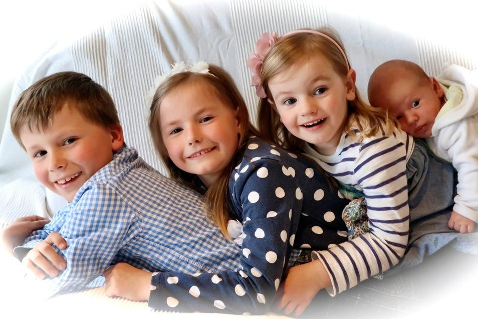 Jaron mitLukas, Lydia und Helena, geboren am 9. März, Geburtsort: Kamenz, Gewicht: 3.435 Gramm, Größe: 52 Zentimeter, Eltern: Yvonne und Mirko Schmole, Wohnort: Piskowitz