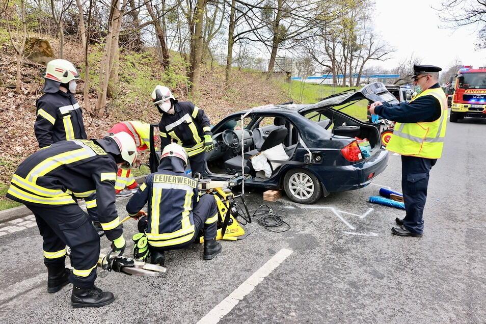 Die Feuerwehr musste den verletzten Hyundai-Fahrer aus seinem Auto befreien.