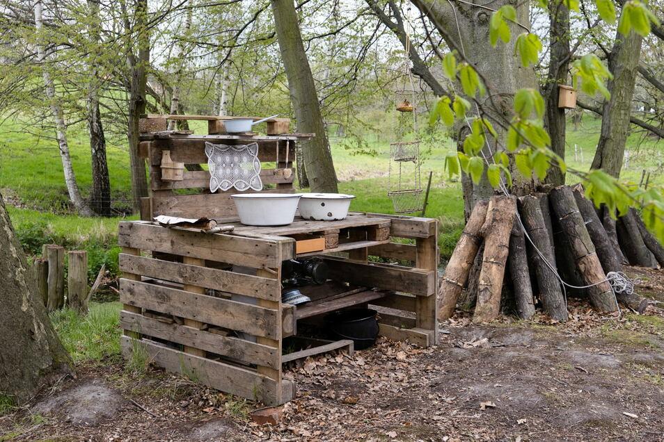 Es wird draußen gegessen und natürlich auch abgewaschen - an dieser kleinen Holzküche