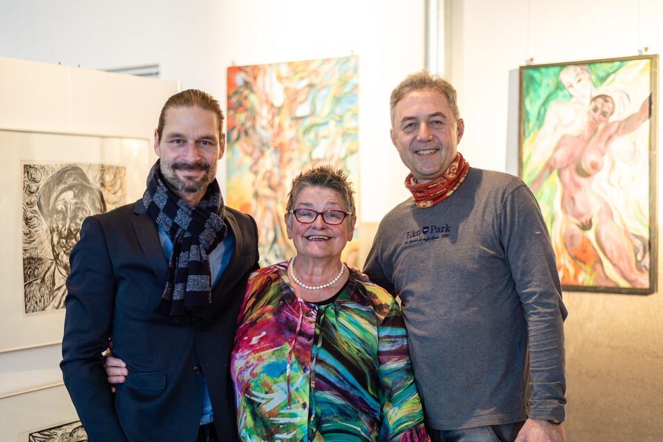 Promi-Fotograf Mirko Joerg Kellner (links), die Moosdorf-Witwe Ingrid und Jochen Reinicke, der Bürgermeister von Gröditz, vor einigen Arbeiten, die nach Leisnig kommen.