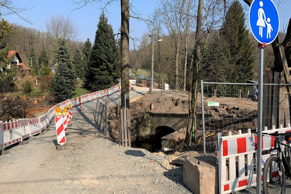 Brückenbaustelle im Pirnaer Ortsteil Jessen: Für Fußgänger gibt es einen provisorischen Weg.