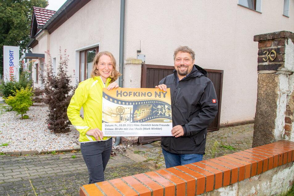 Auf zum Hofkino in den Hof von Sport-Vetter in Niesky. Die Organisatoren Franziska Arauner und Roland Mitschke freuen sich am Freitag auf viele Besucher.
