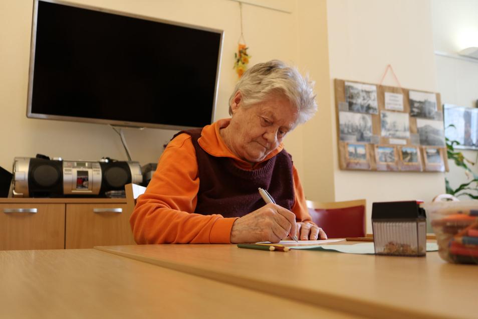 Briefe schreiben kommt in diesen Tagen wieder in Mode. Die älteren Menschen in den Pflegeheimen versuchen sich auch ohne Angehörigenbesuch zu beschäftigen.