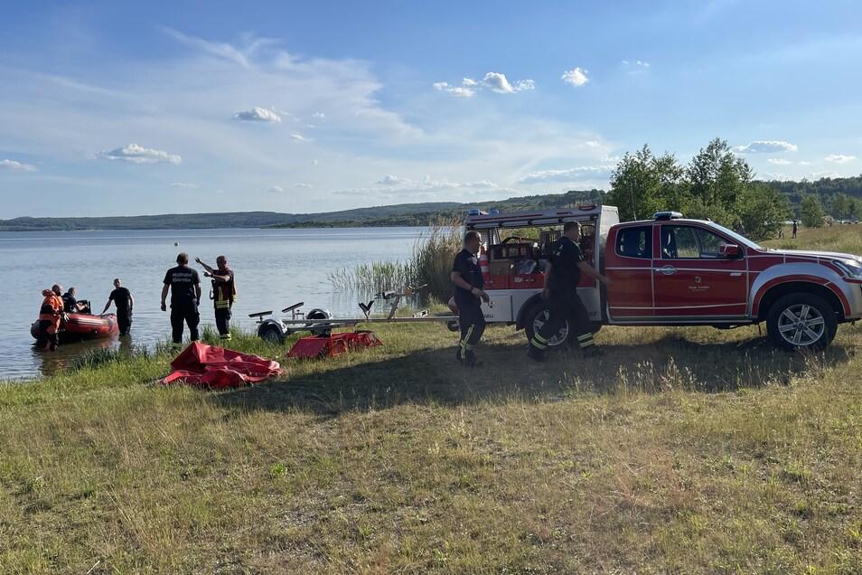 Mit insgesamt zwei Schlauchbooten durchkämmten die Retter den See - doch dort gab es keine Spur vom Vermissten.