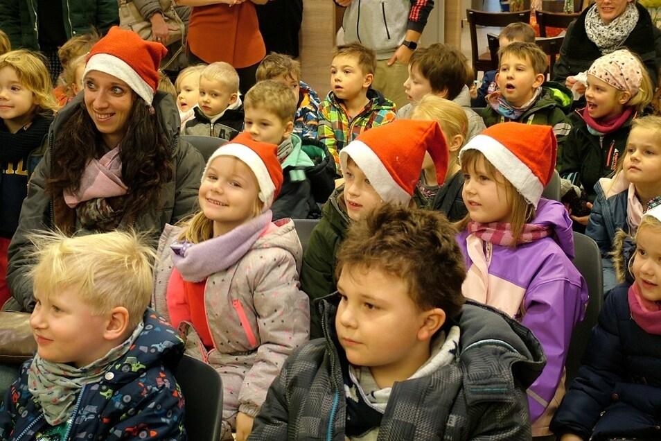 """""""Ob wir gewinnen?"""" – Gespannte Mienen am 6. Dezember 2018 bei den nikolausbemützten Kindern der Kindertagesstätte """"Pumpot"""" Dörgenhausen im Lausitz-Center Hoyerswerda. Nein, damals leider nicht."""