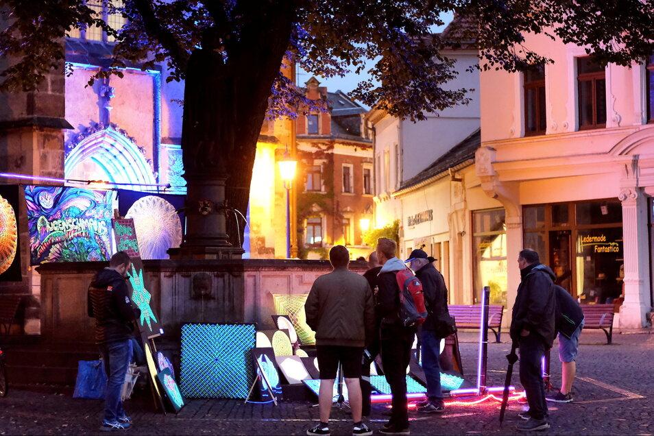 Der Meißner Künstler Rocco Kauschmann präsentierte auf dem Heinrichsplatz seine Schwarzlichtbilder ...