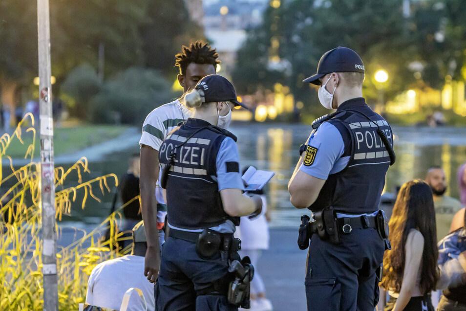 Die Polizei zeigt Präsenz am Eckensee in Stuttgart: Von dort waren die schweren Krawalle ausgegangen.