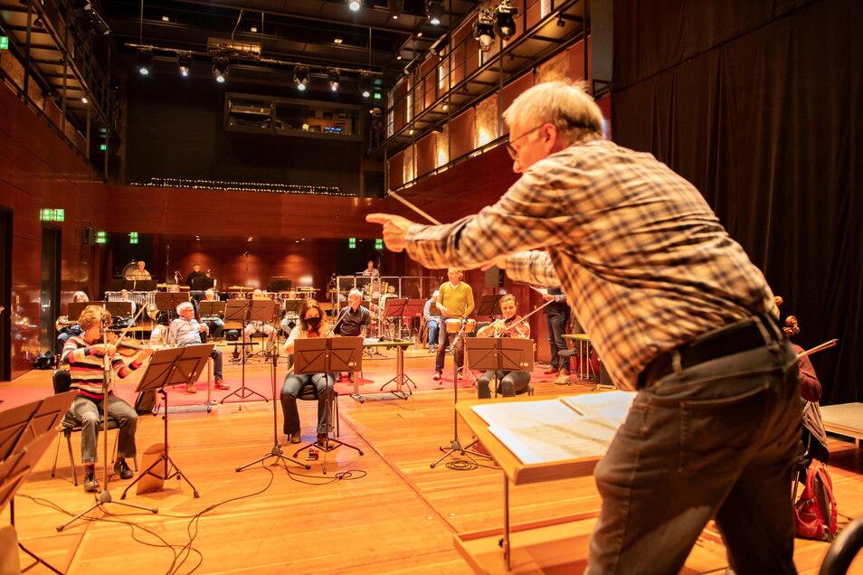 Chefdirigent Ekkehard Klemm leitet die Elbland Philharmonie Sachsen.