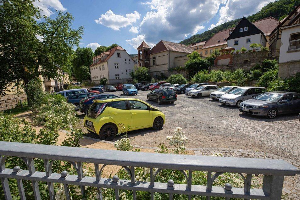 Pirnaer Straße 1: Die jetzt als Parkplatz genutzte Brache soll zu einem Park werden. Einen Entwurf gab es schon 2014. Fotos: