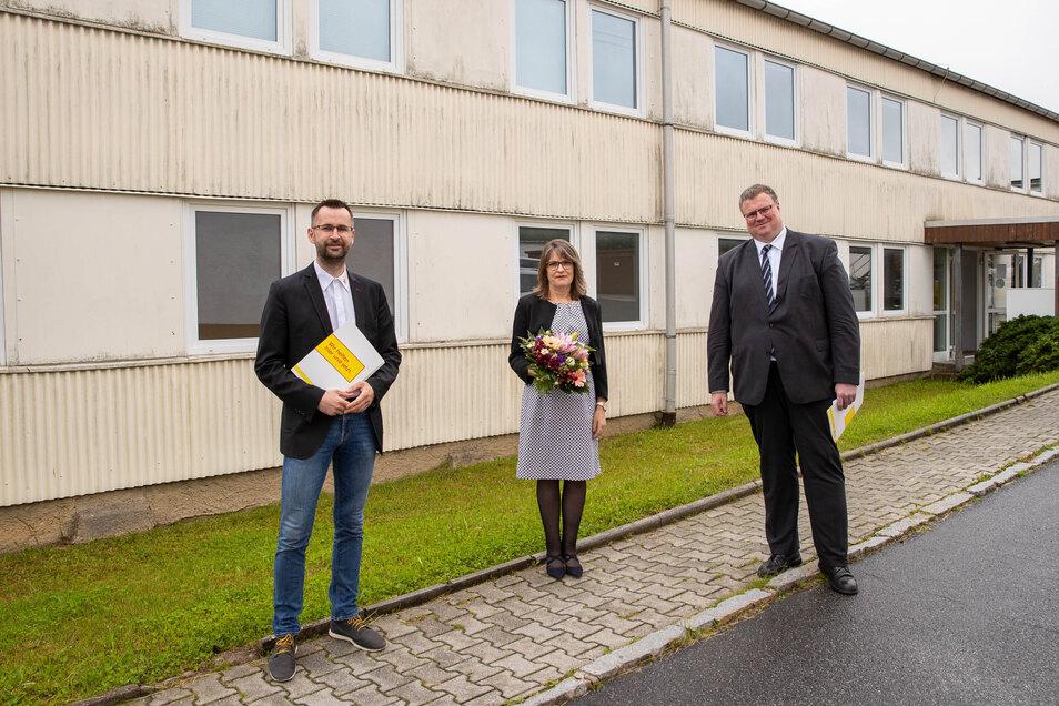 Alexander Penther, Geschäftsführer ASB, Dörthe Kohla, Leiterin des Bildungszentrums und Asklepios-Regionalgeschäftsführer (v.L.) vor der künftigen Schule.