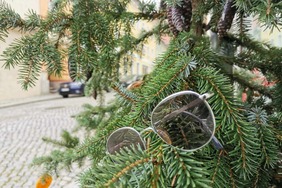 Individuelle Weihnachtsbaumdeko erwartet die Spaziergänger an den 100 Tannen in der Kamenzer Altstadt, wie hier vor Optik-Johne.