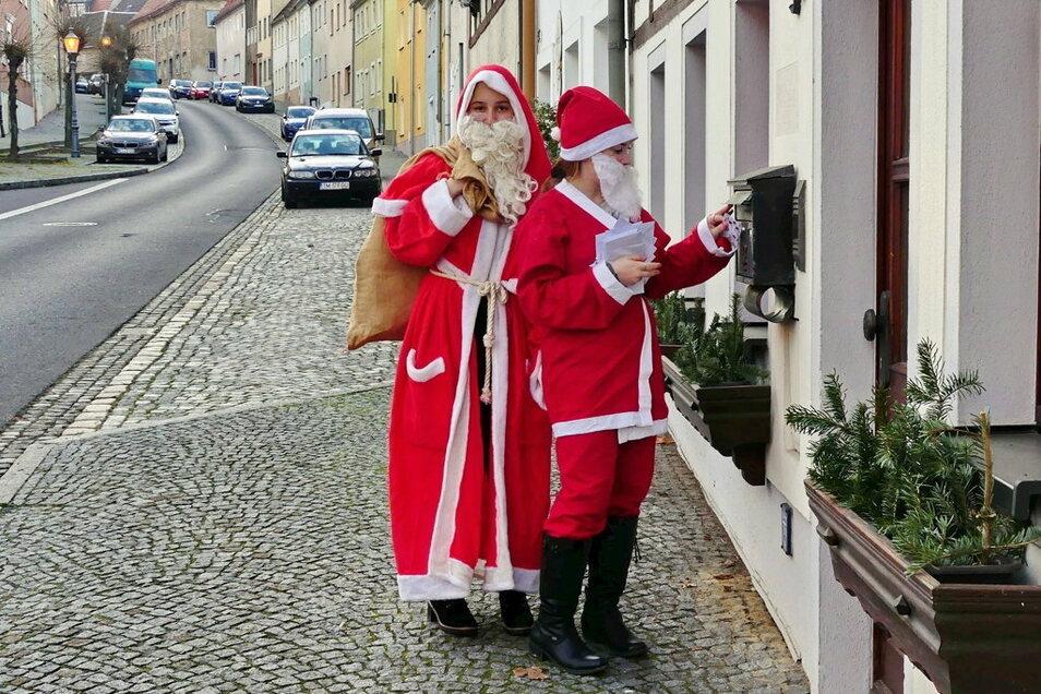 Mit selbst gebastelten Briefchen und kleinen Geschenken wollen zwei junge Lommatzscherinnen vor allem alten Menschen eine kleine Freude zu Weihnachten machen.