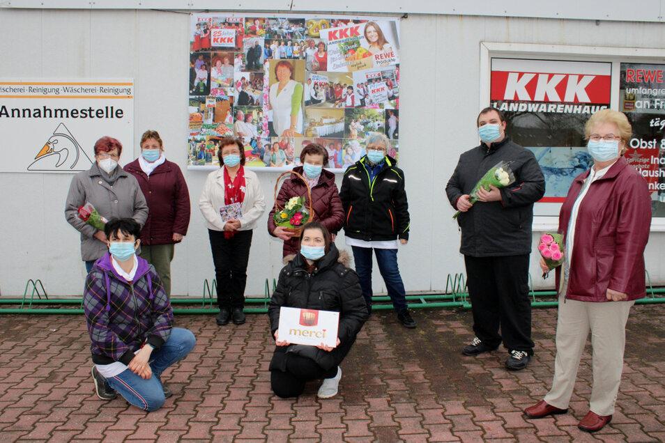 Das Team des KKK Landwarenhauses in Lauta Dorf hat am Montag das 30-jährige Bestehen gefeiert. Im Hintergrund das große Plakat ist ein Geschenk zum Jubiläum, angefertigt von Christine Jurowski, Carola Liepsky und Regina Reiche.