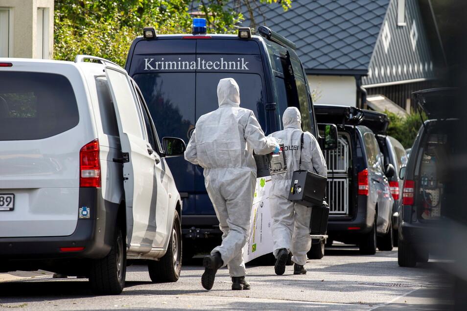 Am Donnerstag und am Freitag haben Beamten der Kriminalpolizei, der Polizeidirektion Görlitz, der Bereitschaftspolizei und Ermittler des Landeskriminalamtes eine Wohnung in Großröhrsdorf durchsucht. Der Tatverdächtige muss jetzt in die Psychiatrie.