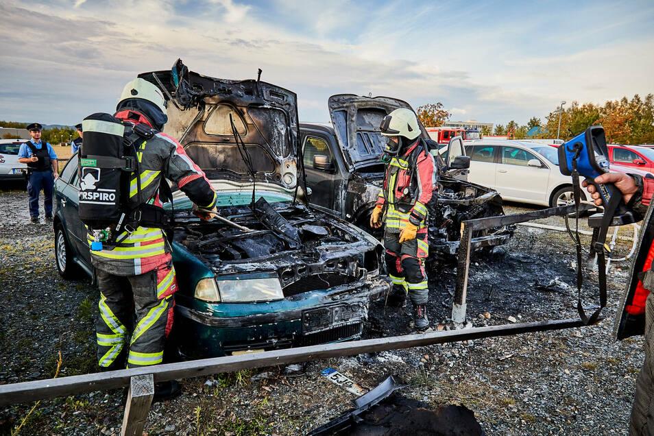 Diese zwei Auto brannten auf dem Parkplatz in Leupoldishain aus.