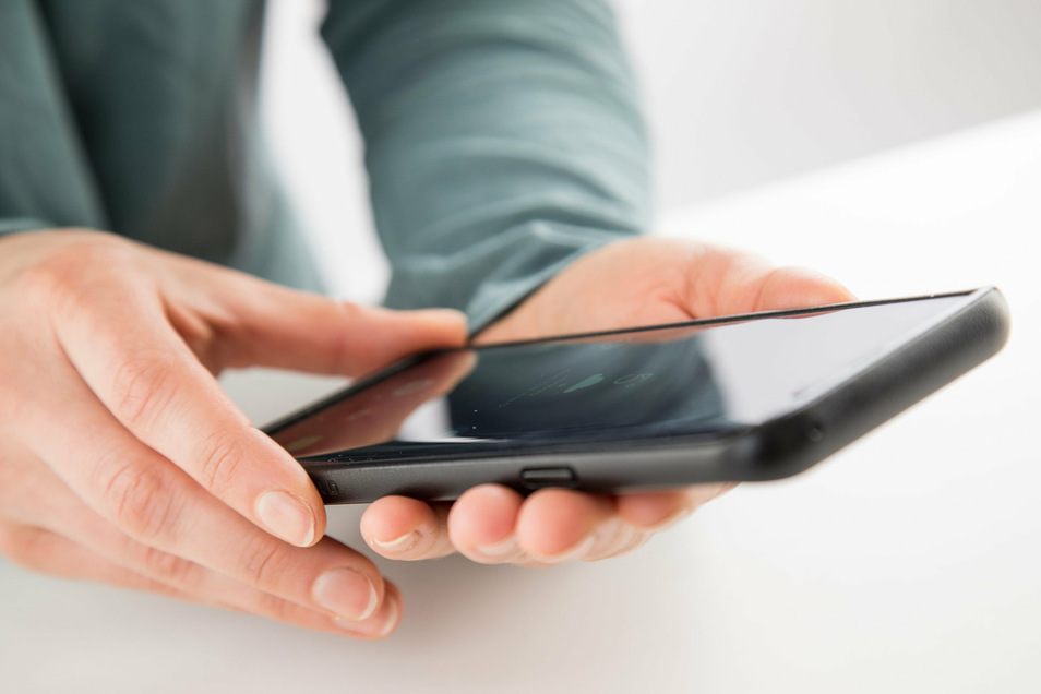 Eine 14-Jährige hat sich in Dresden zu sehr von ihrem Handy ablenken lassen.