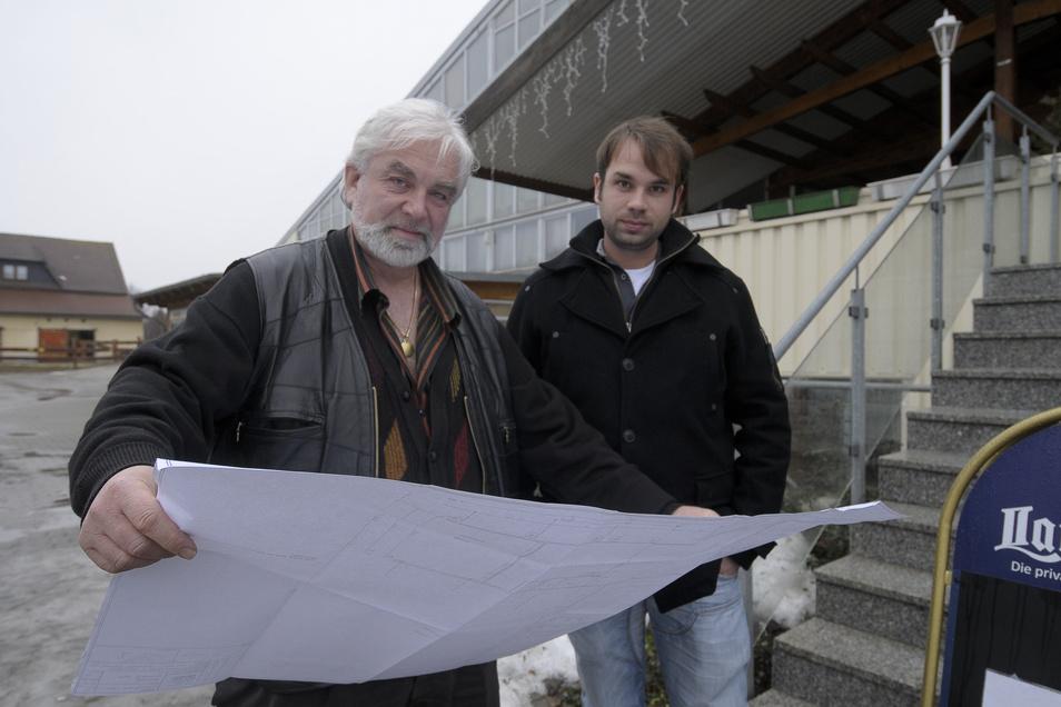 Christian Daume (links) und Sohn Johannes vor mehr als neun Jahren vor dem Rosenhofgebäude. Vater Daume hat sich mittlerweile aus Görlitz zurückgezogen.