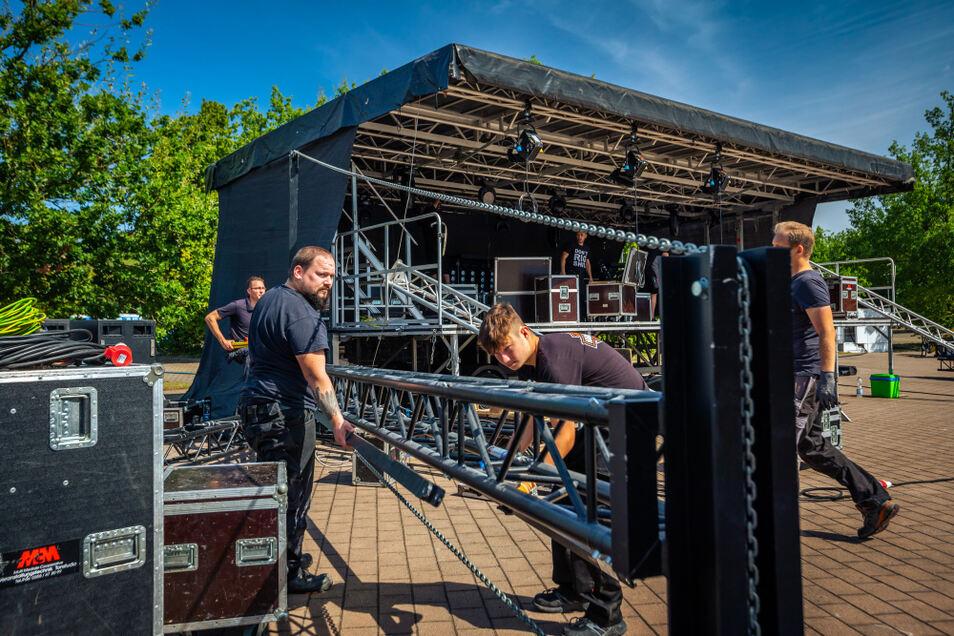 Für so ein Konzert ist jede Menge Technik vonnöten, bezüglich Bühne, Ton und Licht. Veranstalter Michael Schilling schätzt, dass allein anderthalb Kilometer an größeren Kabeln zu verlegen gewesen sind.