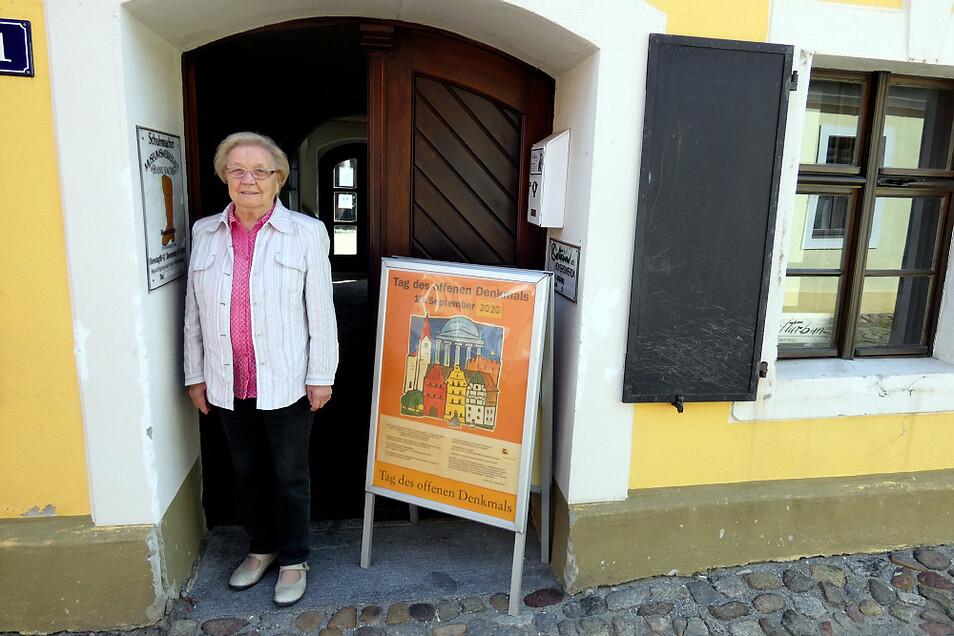 Paula Strobel am Kulturbund-Domizil an Hoyerswerdas Langer Straße 1 – heute ihr Wirkungsbereich; aber mit Nachwuchs-Sorgen.