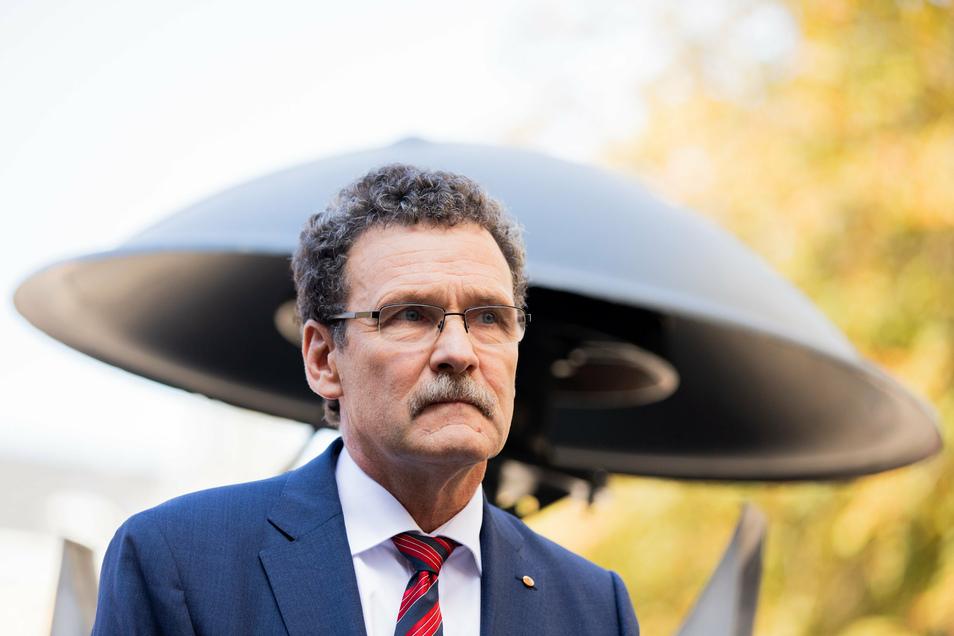 Christoph Unger, Präsident des Bundesamts für Katastrophenhilfe (BBK), steht vor einer Sirene.