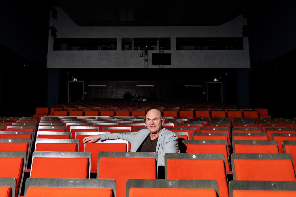 Intendant Manuel Schöbel im leeren Saal der Landesbühnen in Radebeul.