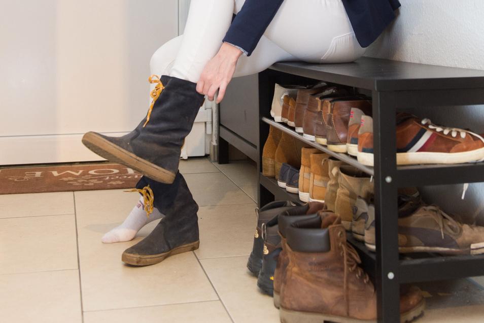 Mal Turnschuhe, mal Stiefel: Um die Füße nicht einseitig zu belasten, sollte man nicht jeden Tag die gleichen Schuhe tragen.