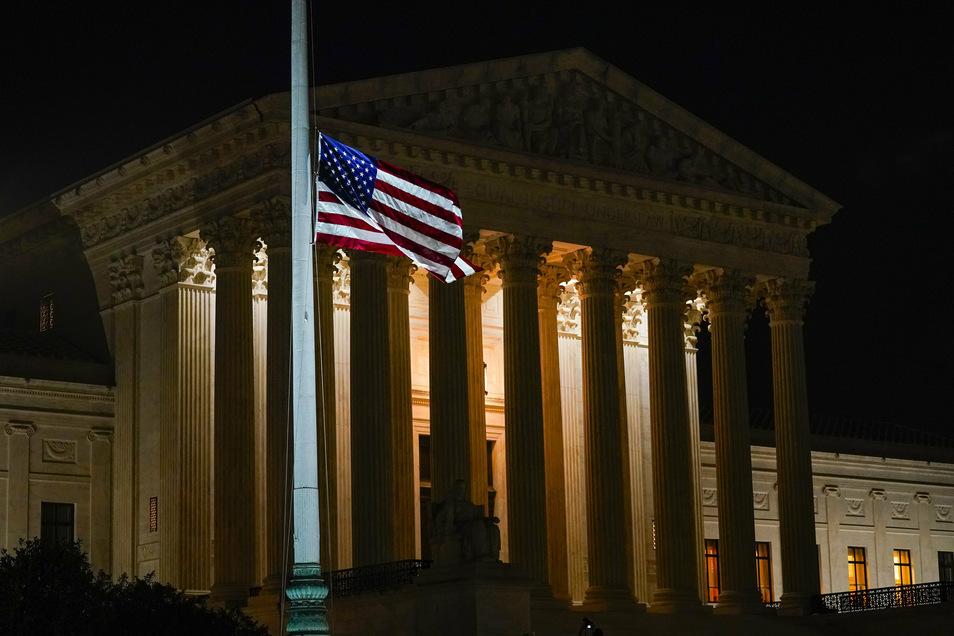 Die amerikanische Flagge weht vor dem Supreme Court auf Halbmast.