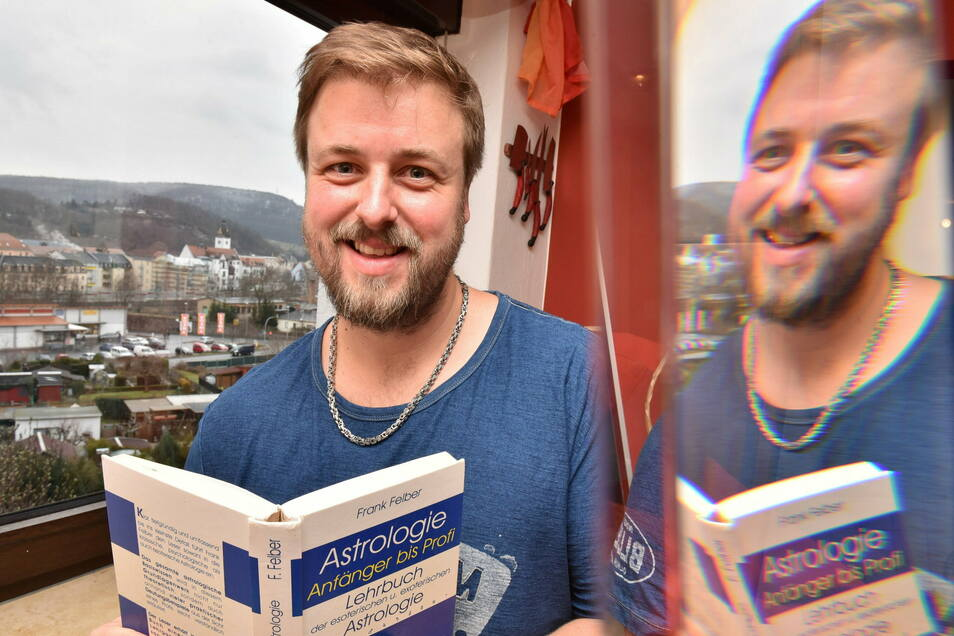 Der Freitaler Astrologe Richard Stange, der von seiner Küche aus einen schönen Blick über die Stadt Freital hat, deutet für die Leser von Sächsische.de die Sterne für das Jahr 2021.
