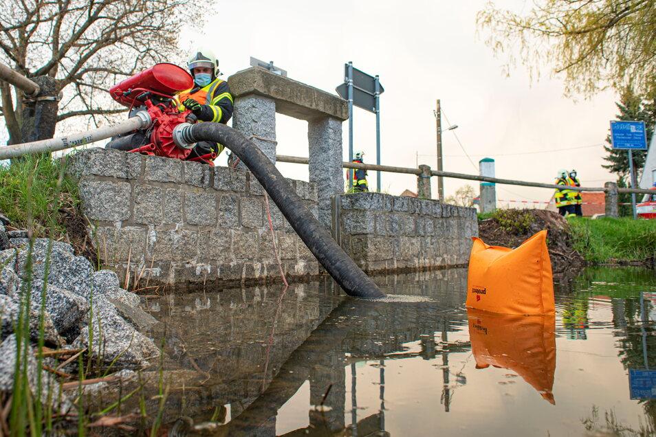 Die Kameraden der Feuerwehr von Kriepitz können wieder Löschwasser aus dem Dorfteich entnehmen.