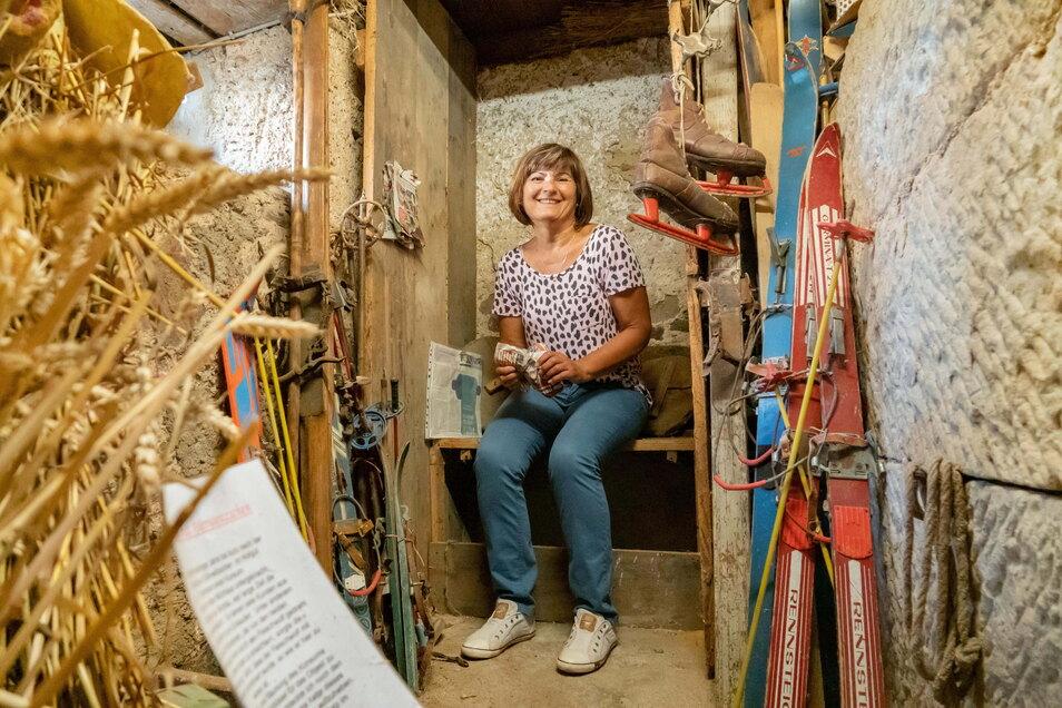 Dagmar Schulz hat für die Kamera mal auf dem Plumsklo im Stall Platz genommen. Auch das gehörte damals zu einer Bauernwirtschaft.