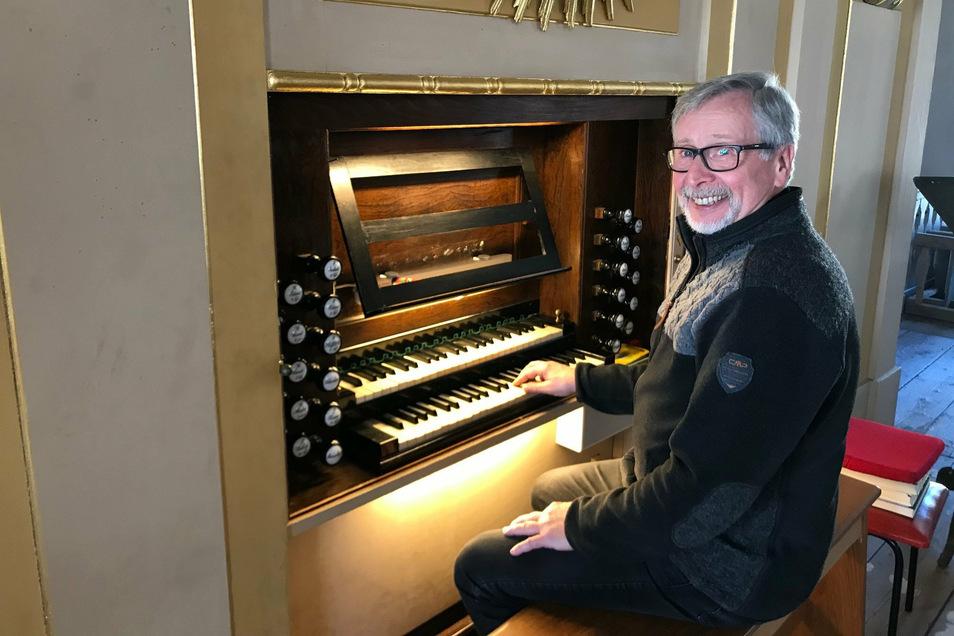 Hans-Georg Mauer begeistert mit Orgelmusik in der Glashütter Sankt-Wolfgang-Kirche.